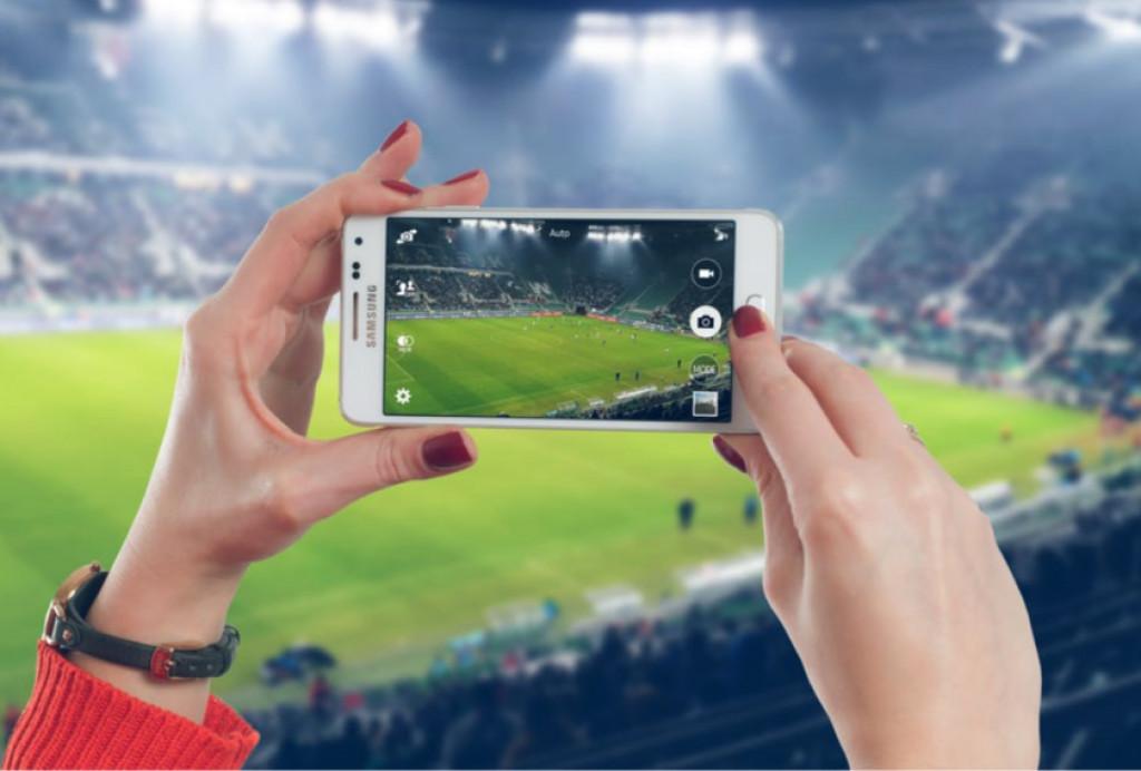 kvinde optager fodboldkamp